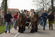 Vlöggelen in Ootmarsum Stille zaterdag - Hout halen in Springendal